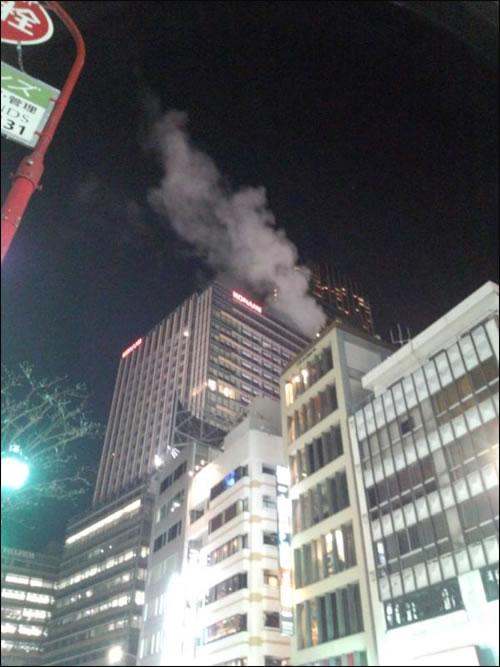 De la fumée sur le building de Konami au Japon