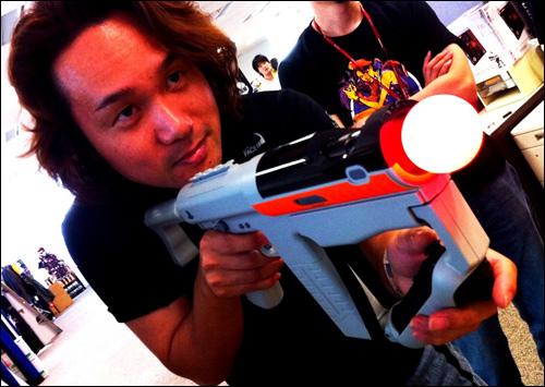 Shin-chan Yoji Shinkawa joue à Killzone 3